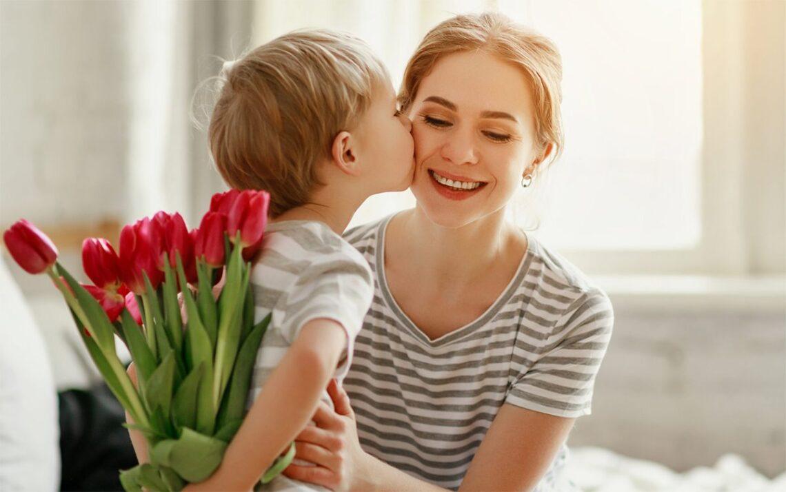 Chłopiec wręcza kwiatki na dzień kobiet