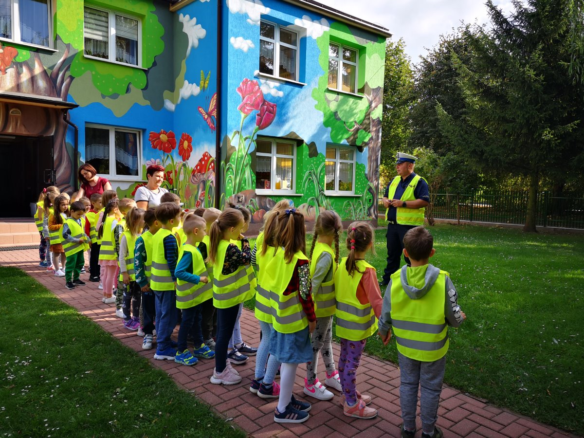 Na zdjęciu widać Policjanta oraz dzieciaki z przedszkola w Stawiskach